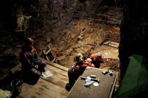 2008년 데니소바 동굴에서 발굴을 진행하던 모습. 나중에 이뤄진 후속 연구에서 데니소바인으로 밝혀진 손가락 뼈를 찾았다. - 막스플랑크연구소 진화유전학부 제공