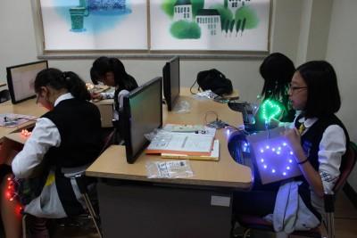 인천계수중학교에서 SW를 활용해 LED를 제어하는 수업을 하고 있는 모습. - 한국과학창의재단 제공