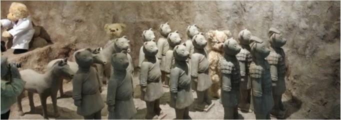 제주 테디베어 박물관의 한 전시품 모습. 진시황제의 토우 속에도 테디베어가 숨어있다. - 제주=신선미 기자, vamie@donga.com 제공