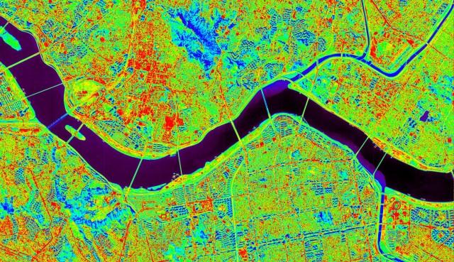 한강을 중심으로 한 서울 지역 적외선 사진(아래). 적외선 카메라로 살펴본 지역별 온도 차이가 또렷하게 보인다. - 한국항공우주연구원 제공