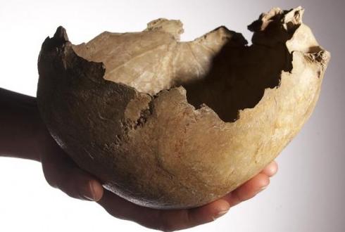 구석기시대, 물잔으로 두개골 사용