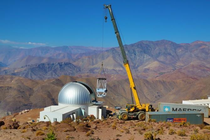 칠레 북부 토롤로 산에 '외계행성탐사시스템(KMTNet)'을 구축하는 과정에서 망원경을 천문대 안으로 옮기고 있다. 지금은 모든 시설을 완공하고 시험 관측을 진행하고 있다. - 한국천문연구원 제공