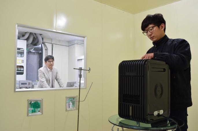 기계연 연구진이 필터없는 공기청정장치의 성능 실험을 하고 있다. - 한국기계연구원  제공