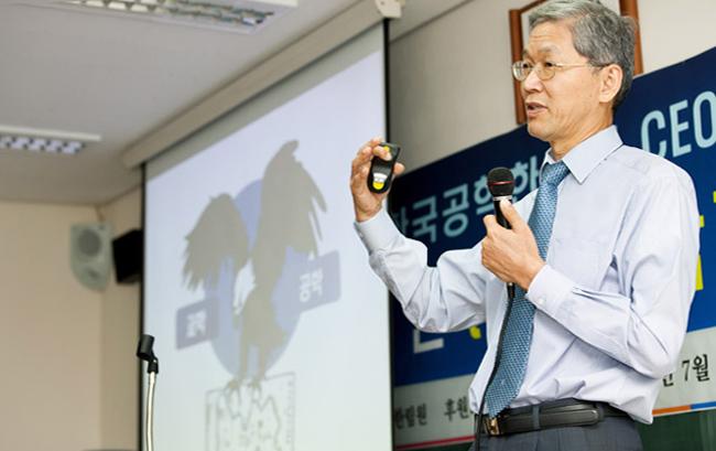 국가과학기술위원회 위원장 시절 '한국공학한림원 CEO 특강'에서 강연하고 있는 김도연 교수  - (주)동아사이언스 제공