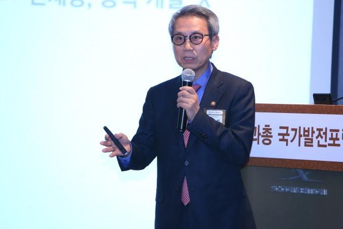 """이근면 인사혁신처장은 제4회 과총 포럼에서 강연을 통해 """"혁신을 통해 사회 변화에 걸맞는 인재가 되어야 한다""""고 말했다.  - 한국과학기술단체총연합회 제공"""
