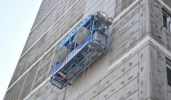 고층건물 외벽을 타고 있는 '월봇' - 한국기계연구원 제공