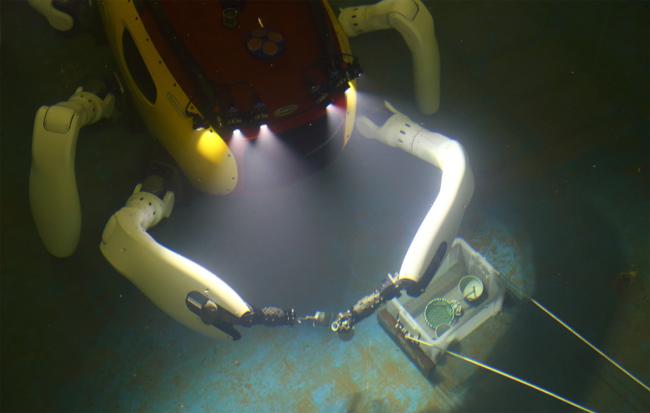 로봇팔로 도자기를 잡고 있는 '크랩스터 CR200' - 국립해양문화재연구소 제공