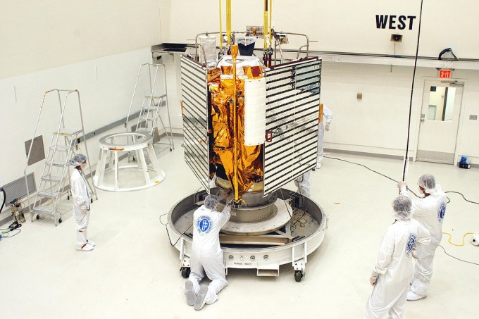 1_NASA의 연구자들이 수성 탐사선 메신저호를 조립하는 모습. - NASA 제공