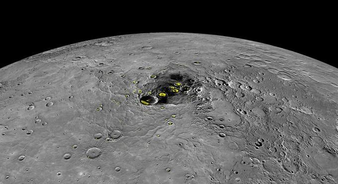 2012년 11월 수성 북극의 얼음 발견이 메신저호 미션의 가장 큰 업적으로 꼽힌다. 사진에서 노란색으로 처리한 부분이 얼음이 있는 지역이다.  - NASA 제공