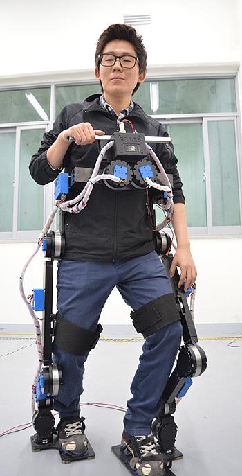 국민대 연구진은 로봇 혼자 걸을 수 있는 최초의 '입는 로봇' 쿠엑스를 개발했다 - 전승민 기자 제공