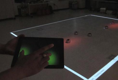 태블릿PC 위에 손가락만 갖다 대면 로봇이 스르륵