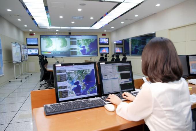 한국지질자원연구원 내에 설치된 지진연구센터 종합상황실. 전국에 설치된 지진계가 관측한 데이터가 실시간으로 전송된다.  - 한국지질자원연구원 제공 제공