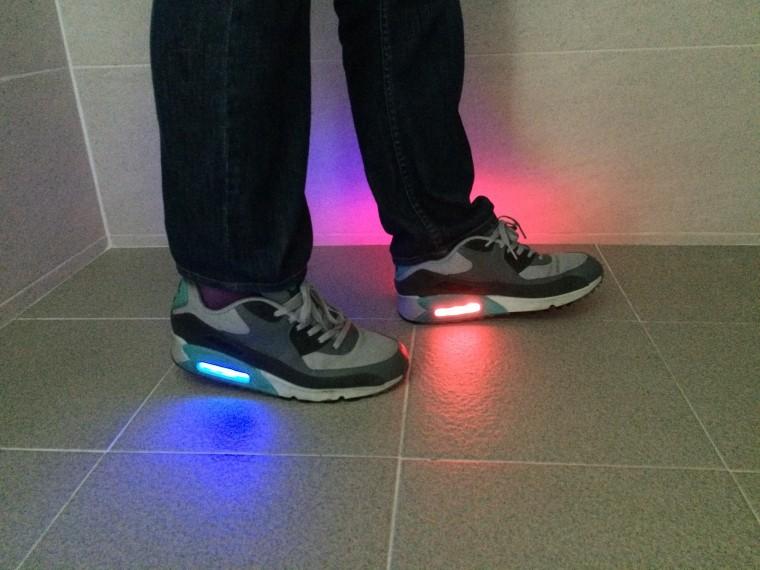 김종호 연구팀이 개발한 스마트 신발. 발뒤꿈치 부분이 바닥에 닿으면 빨간색 빛이 들어오고 발바닥 중앙과 발가락 부분이 닿을 때는 파란색과 녹색 빛이 난다. 양쪽 발바닥에 가해지는 압력 차이를 비교해 인체 균형도 파악할 수 있다. - 한국표준과학연구원 제공