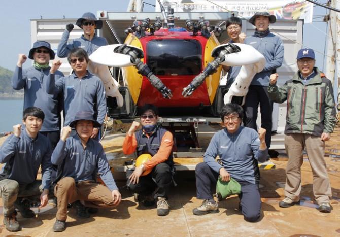선박해양플랜트연구소 수중로봇연구팀. 맨 앞 줄 왼쪽에서 네 번째가 전봉환 실장이다. - 충남 태안=우아영 기자 제공