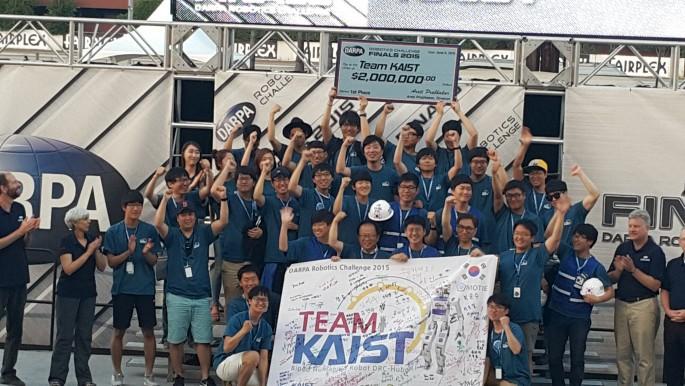 세계 재난대응로봇 경진대회 DRC에서 우승한 팀 KAIST 멤버들의 시상식 모습. KAIST 휴머노이드로봇 연구센터 팀원들과 로봇벤처 '레인보우' 직원들로 구성됐다. - 퍼모나=전승민 기자 제공
