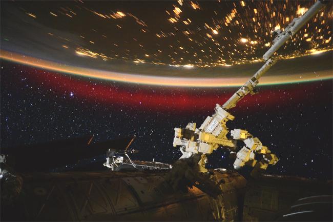 국제우주정거장에서 바라본 붉은 오로라 - NASA 제공