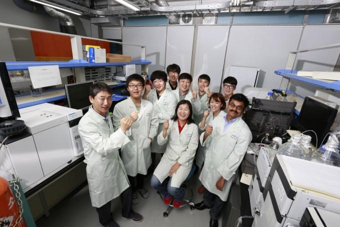 이성국 UNIST 에너지 및 화학공학부 교수(왼쪽 첫 번째)와 연구진. - UNIST 제공