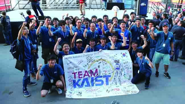 대회에서 우승을 차지한 팀 카이스트가 함께 기쁨을 나누고 있다. - 휴보랩 제공