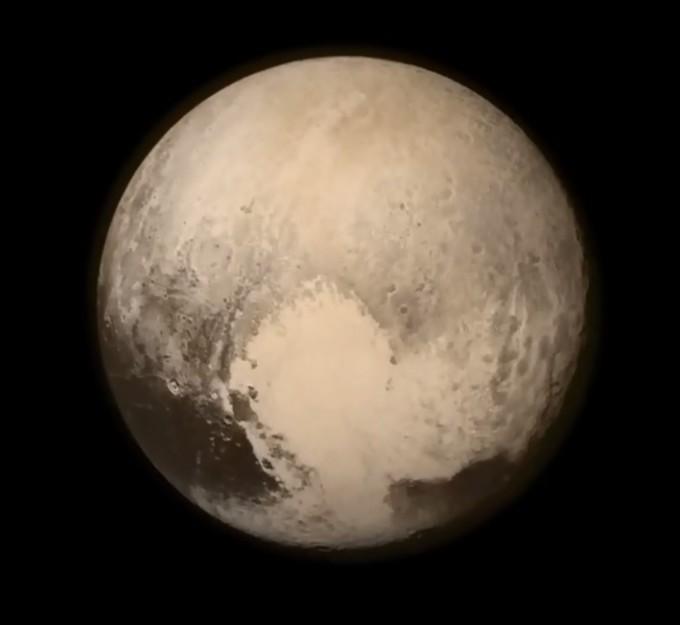 뉴호라이즌이 13일 촬영한 명왕성 모습. 명왕성에 가장 가까이 다가서기 하루 전에 찍었다.  - 미국항공우주국(NASA) 제공