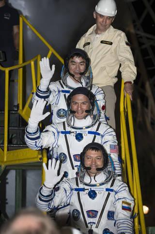 우주선에 탑승하고 있는 우주인들의 모습. 가장 윗쪽에 유미 키미야 일본 우주인의 모습이 보인다. - NASA 제공