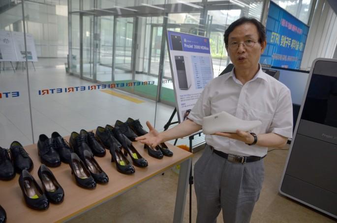조맹섭 전 한국전자통신연구원 책임연구원이 자신이 개발한 구두꼴 제조 시스템에 대해 설명하고 있다. 그는 퇴직 후 맞춤형 구두꼴 제조 기술로 직접 창업에 도전하고 있다.  - 대전=전승민 동아사이언스 기자 enhanced@donga.com 제공
