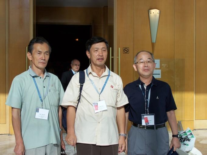 2006년 스페인 마드리드에서 열린 세계수학자대회에서 만난 남북 수학자들. 왼쪽부터 김두진 평성 수학연구소 연구원, 정재부 평양수학연구소장, 김도한 교수(당시 대한수학회 부회장). - 김도한 교수 제공