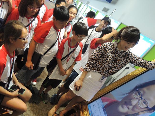 한국전자통신연구원(ETRI) 홍보관에서 IT 기술을 체험하는 탐험대