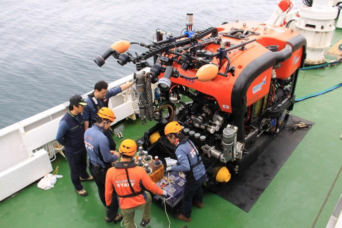 지난 6월 선박해양플랜트연구소 연구진들이 포항 인근 바닷가에서 심해잠수정 '해미래' 호를 점검하고 있다. 한국은 해미래에 이어 해저보행 로봇 크랩스터, 한국형유인심해잠수정 등을 차례로 개발할 계획이다. - 선박해양플랜트연구소 제공