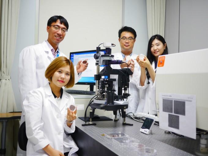 재료연구소 연구진이 자체 개발한 유해물질 검출용 은나노 와이어 기판 소재를 들어 보이고 있다. - 재료연구소 제공