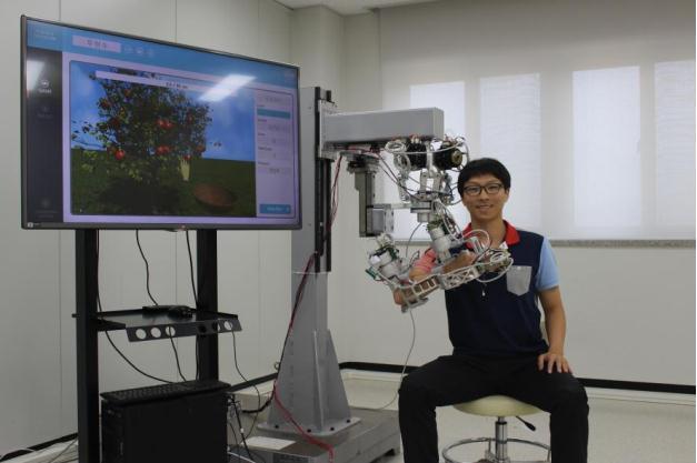 우현수 선임연구원이 로봇을 차고 있다. - 한국기계연구원 제공