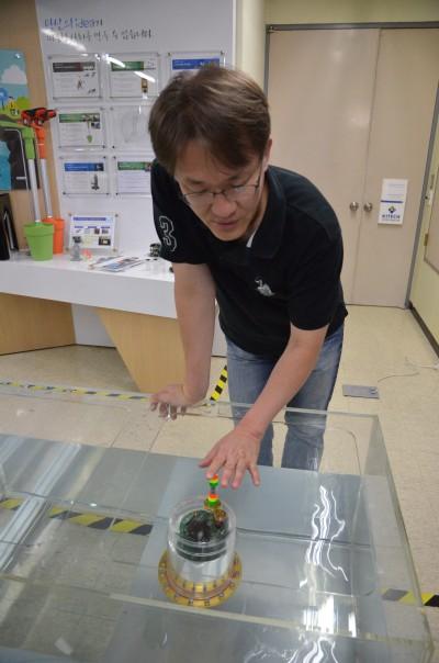 최현석 한국생산기술연구원 수석연구원이 직접 개발한 '센서로봇'을 실험용 수조에 띄워 보이고 있다. - 전승민 기자 제공