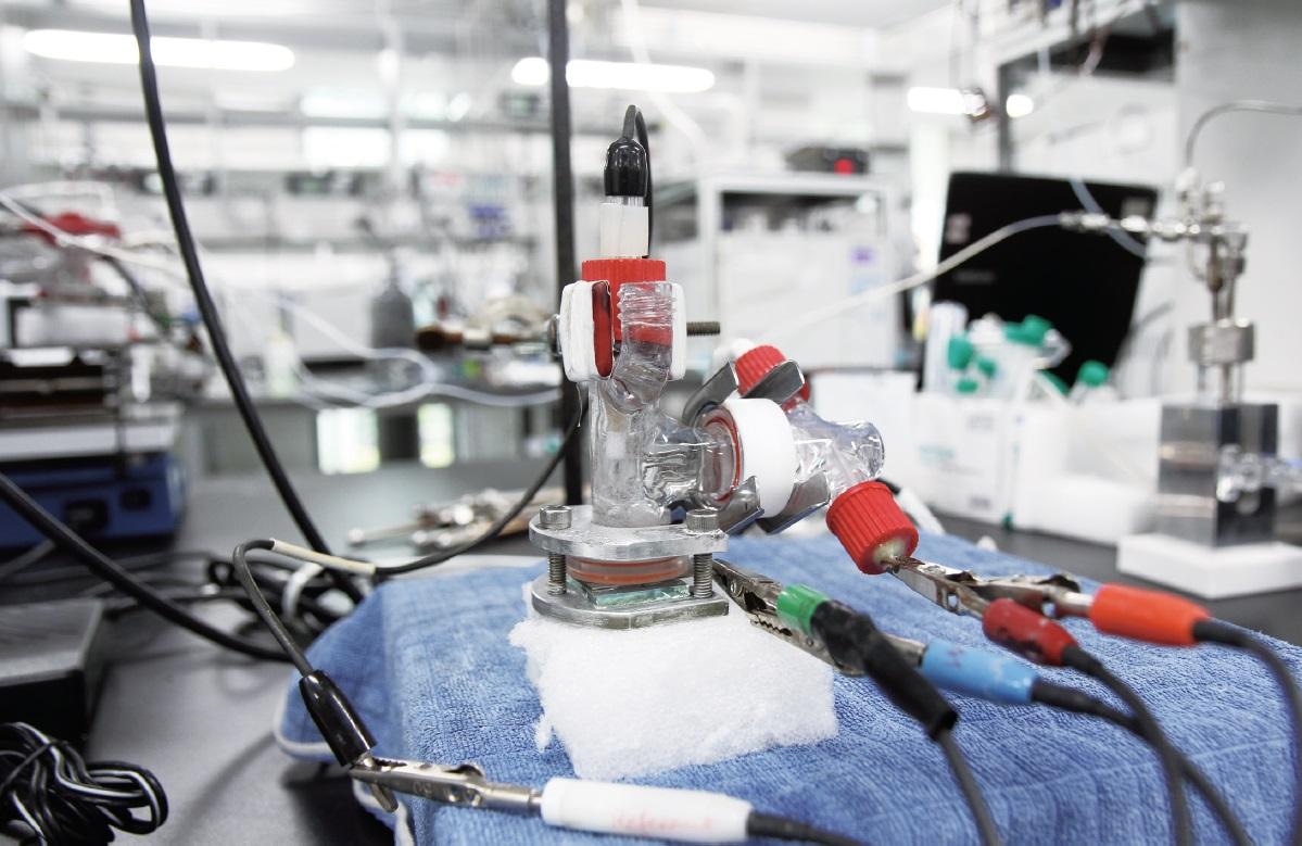 한국인공광합성연구센터에서 개발한 물 환원 전극과 이를 이용해 만든 수소 발생장치. - 이충환 제공