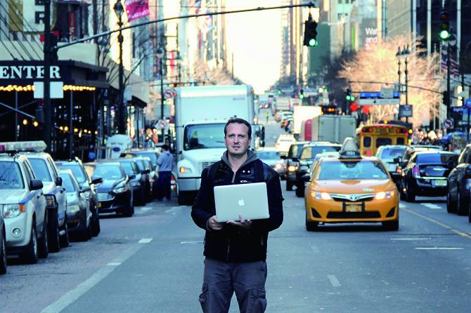 아르헨티나의 보안전문가 세자르 세루도(왼쪽사진)는 교통제어 시스템을 해킹하면 교통표시판에 내장된 센서에 거짓정보를 전달할 수 있다고 밝혔다. - cesar cerrudo 제공