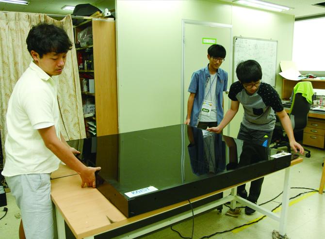 임 교수 연구실 연구원들이 무선충전 테이블을 만들고 있다. - 과학동아 제공