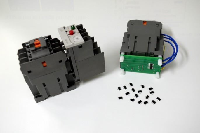 새롭개 개발한 전류개폐기의 모습(오른쪽). 아래 쪽에 전류차단 기능을 하는 'MIT'소자가 보인다. 기존 제품(왼쪽)에 비해 크기와 가격이 모두 절반 정도로 줄어든다. - 한국전자통신연구원 제공