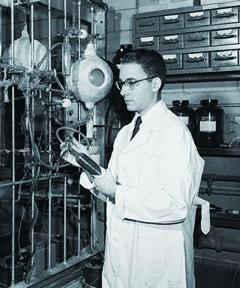 1953년 논문에 발표된 유명한 실험이 행해진 실험실에서 당시 대학원생이던 스탠리 밀러가 포즈를 취했다. - 시카고대, 사이언스 제공