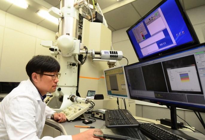 최시영 책임연구원이 전자현미경 장비를 이용해 실험하고 ㅇ다 - 재료연구소 제공
