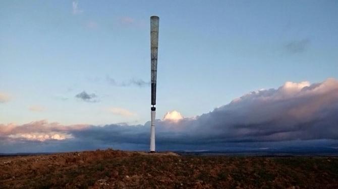 날개 없는 풍력발전기. 야구 배트처럼 생긴 위 기둥은 매우 가볍게 만들어져 쉽게 진동한다. 그 아래 흰 기둥에는 안쪽과 바깥쪽에 자석링이 들어 있어서 마치 용수철처럼 진동을 증폭시킨다. 두 기둥 사이의 까만 링은 선형 교류발전기다. 기둥의 진동에너지를 전기에너지로 바꾼다. 아래 QR코드를 스캔하면 실제 작동 영상을 볼 수 있다. - 볼텍스 블레이드리스 제공