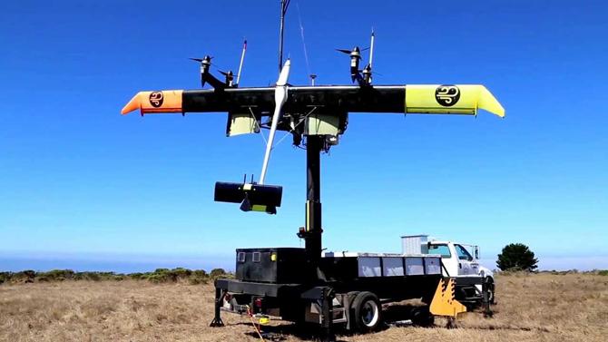 구글의 '마카니'는 상공을 원형으로 비행하며 발전한다. 프로펠러가 발전기 역할을 한다. - 유튜브 제공
