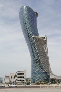 캐피털 게이트의 모습. 한 쪽으로 기운 듯한 건물 모양이 특징적이다.  - 위키피디아 제공