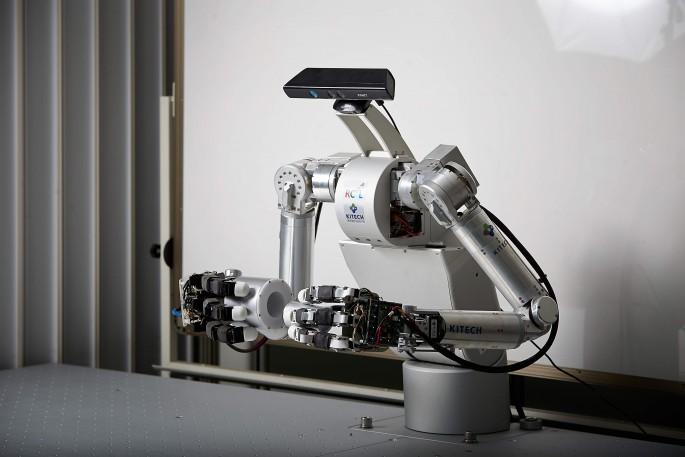 한국생산기술연구원이 개발한 '양팔로봇'. 사람처럼 두 손을 이용해 각종 기계부품을 조립할 수 있다. - 한국생산기술연구원 제공