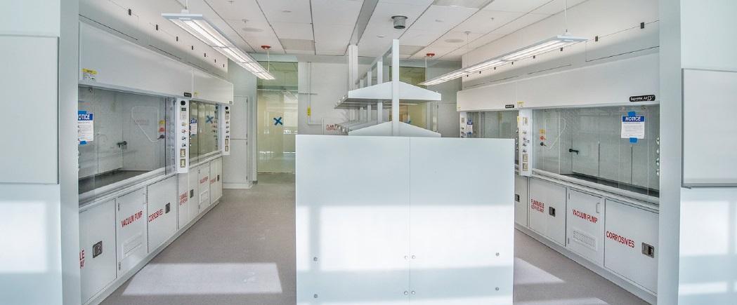 버클리 랩의 추 홀 내부. 이곳에는 태양빛에서 연료를 개발하기 위해 인공광합성을 연구하는 여러 실험실들이 마련돼 있다. - JCAP 버클리 랩 제공