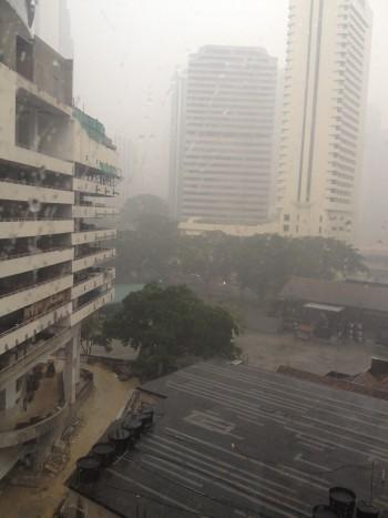 짙은 헤이즈가 뿌옇게 낀 쿠알라룸푸르 시내의 모습. 스콜(열대성소나기)가 내리고 있지만 걷힐 기미가 보이지 않는다. - 전승민 기자 제공