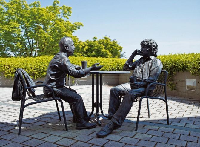 제넨텍 본사에는 1976년 초 스완슨(왼쪽)과 보이어 교수가 처음 만난 날 의기투합해 술집으로 자리를 옮겨 맥주를 마시며 바이오 벤처를 계획하는 장면을 재현한 조각물이 있다. - 제넨텍 제공