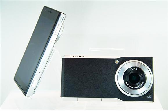 라이카 렌즈가 장착된 스마트폰 루믹스 DMC-CM1 -  IT동아 제공