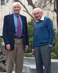 '의약용 카나비스의 아버지'로 불리는 이스라엘 헤브루대의 화학자 라파엘 머슐럼(오른쪽). 1964년 마리화나에서 향정신 작용을 일으키는 주성분인 THC를 발견했다. - 앨런 샤커포드 제공