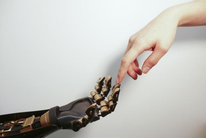 인공피부를 로봇 팔 손가락 끝에 붙인 모습.  - 스탠포드대 제공