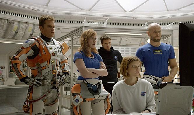 영화 '마션'의 한 장면. 주인공인 '화성의 로빈슨 크루소' 마크(왼쪽)의 낙천성과 탐사대장 멜리사(그 옆)의 결단력은 화성탐사대원으로서 이상적인 캐릭터다. - 20세기 폭스 제공
