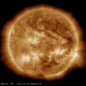미국 항공우주국(NASA)의 태양관측위성이 촬영한 22일 현재 태양의 모습. 이 자료를 통해 태양이 폭발하는 동안 플라즈마의 변화에 대한 자료를 얻을 수 있다. - 미국 항공우주국(NASA) 제공