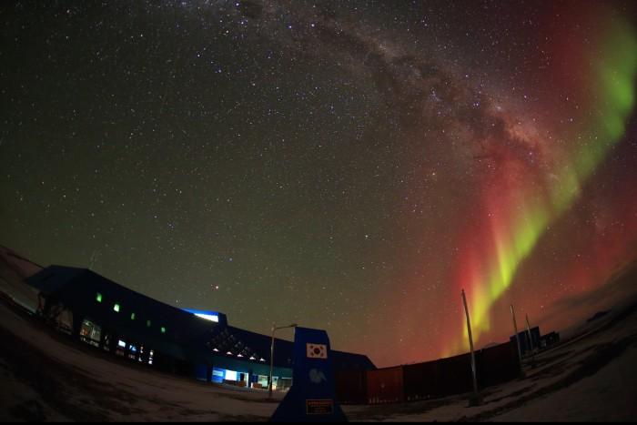 남극 장보고과학기지에서 촬영된 오로라. 흑점 폭발이 일어나면 극지역의 오로라도 더 강하고 빈번하게 나타난다. - 극지연구소 제공